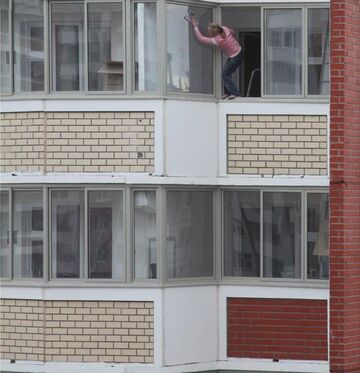 Mamuśka myje okno