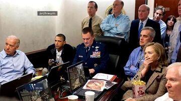 Barack Obama z joystickiem i Hilary Clinton z pop-cornem