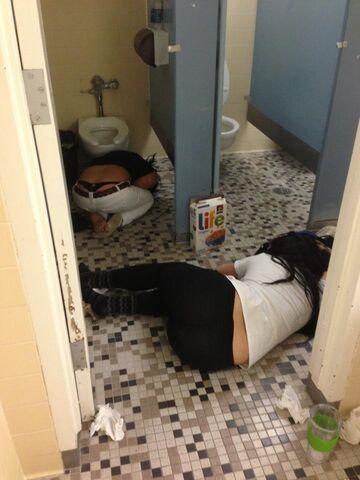 Co one robią tak długo w łazience...