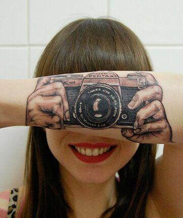 Tatuaż aparatu na przedramieniu