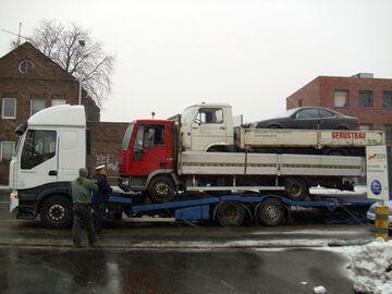 Polak na ciężarówce przewoził trzy auta jedno na drugim
