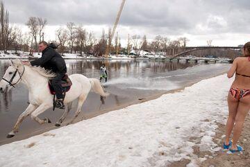 NA nartach wodnych za koniem