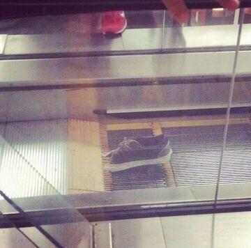 Komuśutknął but na ruchomych schodach