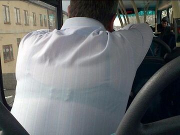 Facet w autobusie, w biustonoszu