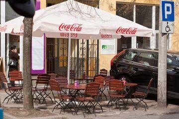 Stoliki kawiarniane na miejscu postojowym dla niepełnosprawnych