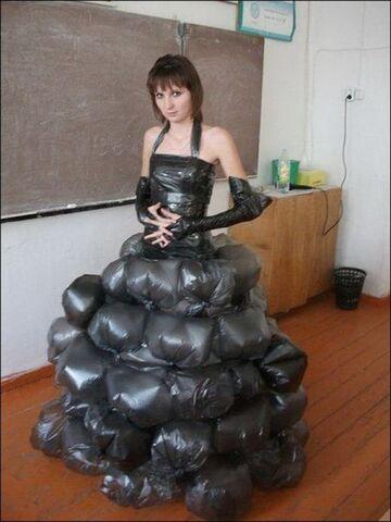 Sukienka z worków na śmieci