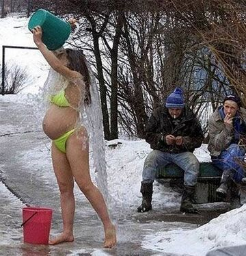 Kobieta w ciąży bierze prysznic