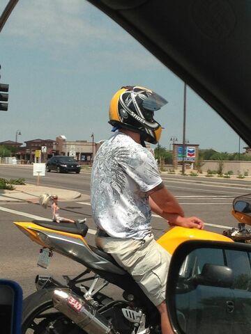 Motocyklista z lalą