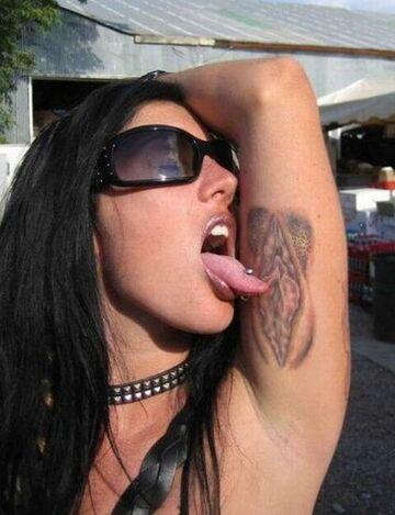 Tatuaż waginy pod pachą