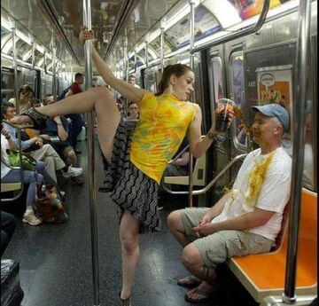 Taniec na rurze w metrze