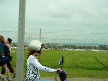 Kobieta w kasku na motorze