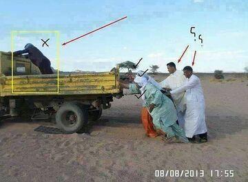 Pchanie samochodu na pustyni