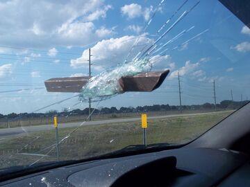Kształtownik wbił się w przedniąszybę samochodu