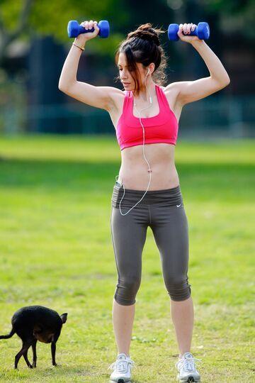 Poranne ćwiczenia z piękną kobietą