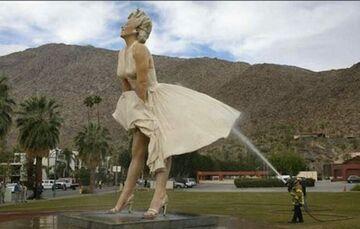 Czyszczenie pomnika Mary Monroe