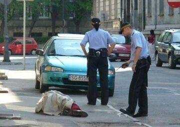 śpioch na chodniku