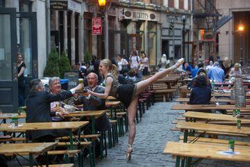 Baletnica w roli kelnerki
