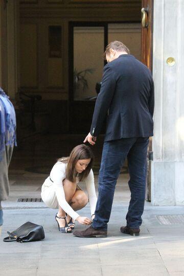 Olivia Wilde wiąże but Liam Neesona
