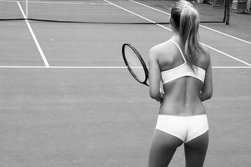 Bar Refaeli gra w tenisa