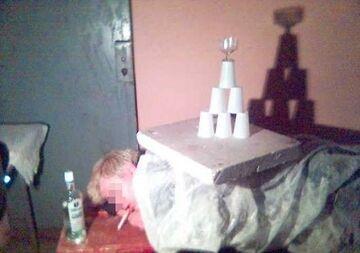 Piramida z kubków i kieliszka