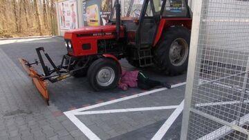 Pijana kobieta przysnęła pod kołami traktora.
