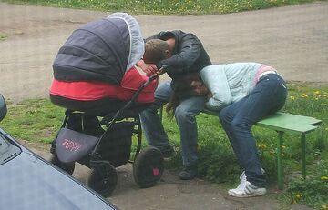 Rodzice na spacerze z dzieckiem :]
