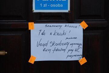 Urząd Skarbowy i kasa fiskalna w toaleta