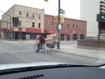 Wiózł kanapę na wózku z marketu