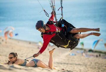 Paralotniarz odpina stanik na plaży