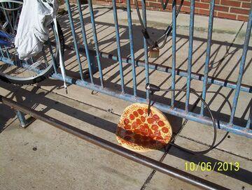 Pizza zamknięta w stojaku na rowery