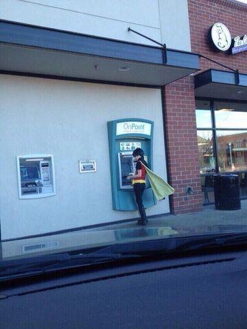 Super bohater przy bankomacie