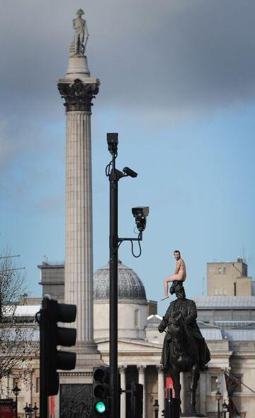 Nagi mężczyzna na pomniku w Londynie