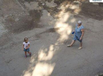 Babcia z wnuczką na spacerze