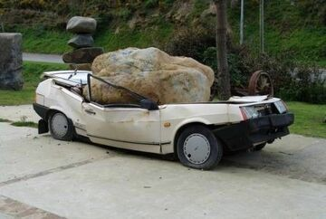 Kamień zgniótł samochód