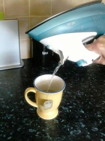 Wody na herbatę gotowana w żelazku