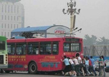 Pchają autobus