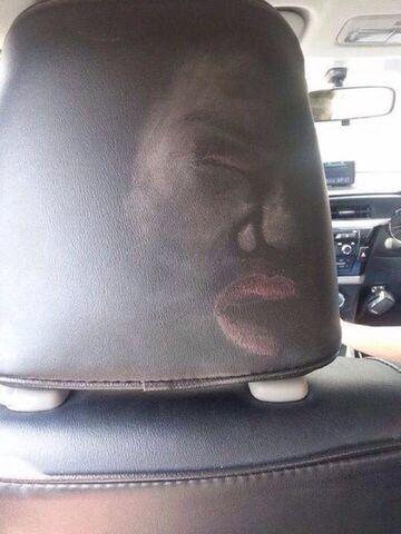 Efekt zderzenia kobiety z zagłówkiem siedzenia w samochodzie