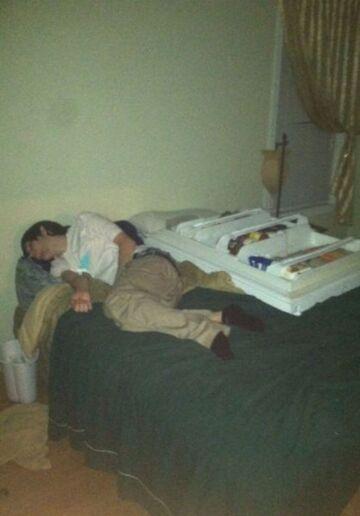 Przespał się z drzwiami od lodówki