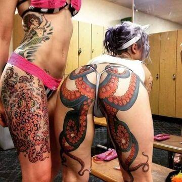 Tattoo ośmiornica na tyłku