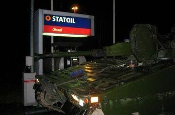 Czołg na stacji paliw