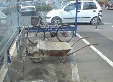 Taczka w stojaku na rowery