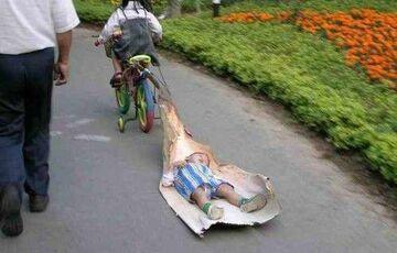 ciągnie śpiocha na rowerze