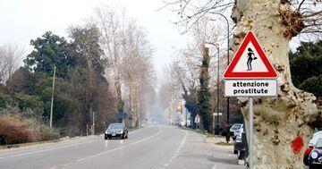 """Nowy znak drogowy, uwaga prostytutka """"attenzione prostitute"""""""