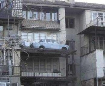 samochód na balkonie