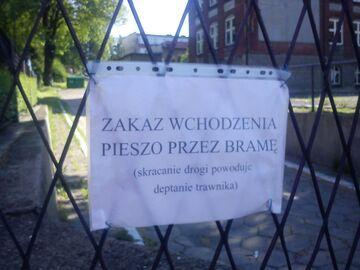 Zakaz wchodzenia pieszo przez bramę