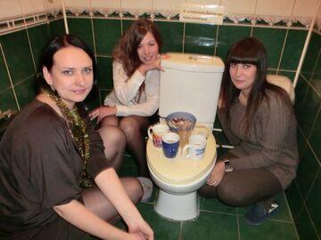 Babski wieczór w toalecie