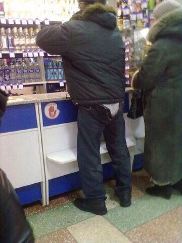 Taki był spragniony, że założył spodnie tył na przód do sklepu