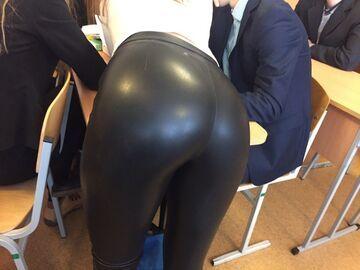 Tyłeczek w spodniach lateksowych
