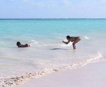 Dziewczyny robią focie na plaży