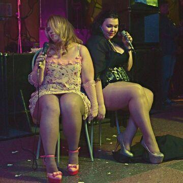 Ładne dziewczyny na karaoke